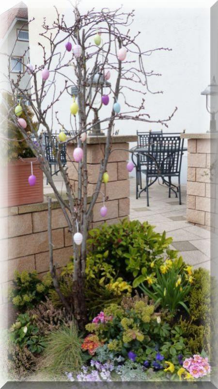 Geschmückter Baum mit Ostereier