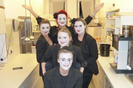 Servicepersonal im Fasching